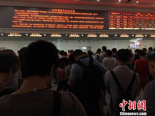暴雨致长沙南站超80趟高铁停运 30天内可免费退改