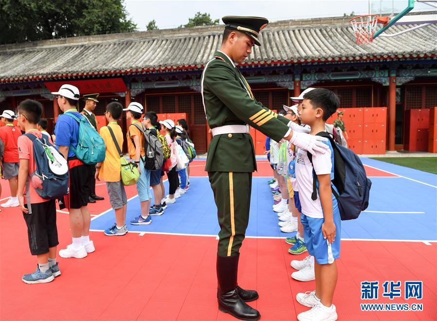 (社会)(1)香港小学生走进天安门国旗护卫队营地