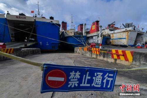受其影响,琼州海峡于当日16时起全线停航,粤海铁路6趟进出岛旅客列车停运,环岛高铁暂未受影响。 <a target='_blank' href='http://www.chinanews.com/' _fcksavedurl='http://www.chinanews.com/'></table>中新社</a>记者 骆云飞 摄