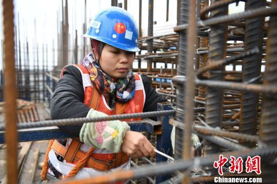 31岁的韦素红在工地上度过一个特殊的节日。 胡雁 摄