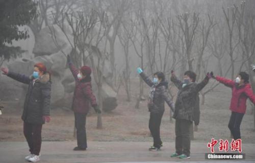 1月2日,在河北石家庄一公园,一群大妈正戴着口罩运动健身。该省继续发布大雾橙色预警和霾橙色预警,多个城市空气严重污染。 <a target='_blank' href='http://www.chinanews.com/' _fcksavedurl='http://www.chinanews.com/'></table>中新社</a>记者翟羽佳摄