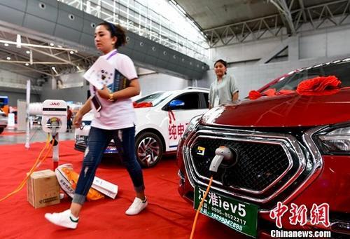 展会现场一款纯电动汽车受到新疆购车族的青睐。 <a target='_blank' href='http://www.chinanews.com/' _fcksavedurl='http://www.chinanews.com/'></table>中新社</a>记者 刘新 摄