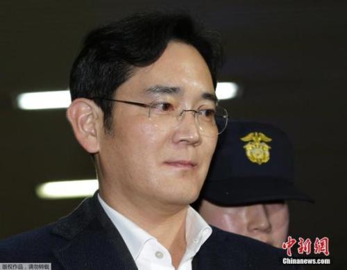资料图:当地时间2月22日,韩国三星电子副会长李在�F被押往位于首尔的特检组办公室接受问讯。