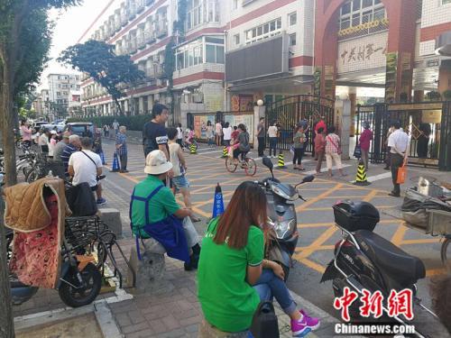 图为中关村一小门外等候接孩子的家长 <a target='_blank' href='http://www.chinanews.com/' _fcksavedurl='http://www.chinanews.com/' ></table>中新网</a>记者 张尼 摄