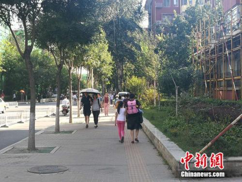 不少老年人接过了接送孩子的重任 <a target='_blank' href='http://www.chinanews.com/' _fcksavedurl='http://www.chinanews.com/' ></table>中新网</a>记者 张尼 摄