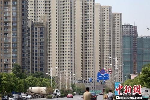 9月14日,中国国家统计局公布1-8月份全国房地产开发投资和销售情况。图为8月18日拍摄的南京河西地区一处楼盘。<a target='_blank' href='http://www.chinanews.com/' _fcksavedurl='http://www.chinanews.com/'></table>中新社</a>记者 泱波 摄