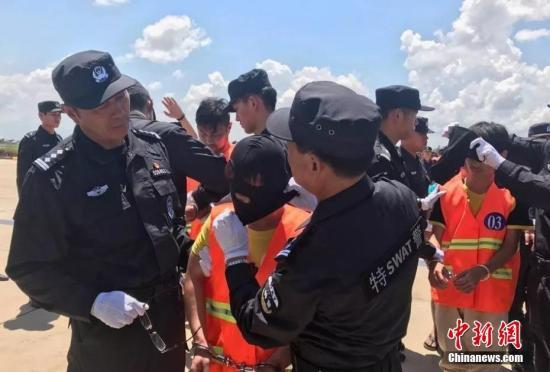 10月12日,70余名在柬埔寨涉嫌网络诈骗的中国嫌犯,在柬移民局警方和中国警方押送下从金边机场被遣返。<a target='_blank' href='http://www.chinanews.com/' _fcksavedurl='http://www.chinanews.com/'></table>中新社</a>记者 钟欣 摄