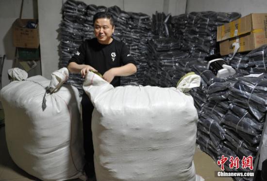 """资料图:成都郫县安靖镇因服装业而兴,因电商成名。去年""""双十一""""该镇千余家服装传统加工厂和淘宝店订单剧增,人手紧张,迎来最忙季。<a target='_blank' href='http://www.chinanews.com/' rel="""