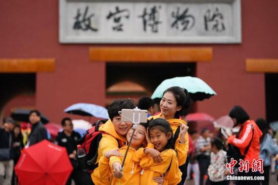 10月2日,北京小雨,游客在故宫博物院游览。根据国家旅游局数据中心综合测算,中国国庆假期首日,全国当天共接待游客1.13亿人次,同比增长10.5%,实现旅游收入965亿元,同比增长12.2%。<a target='_blank' href='http://www.chinanews.com/' _fcksavedurl='http://www.chinanews.com/'></table>中新社</a>记者 杜洋 摄