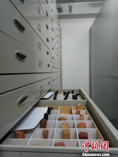 海南省档案馆收藏的珍贵印章,见证海南发展历史。 张茜翼 摄