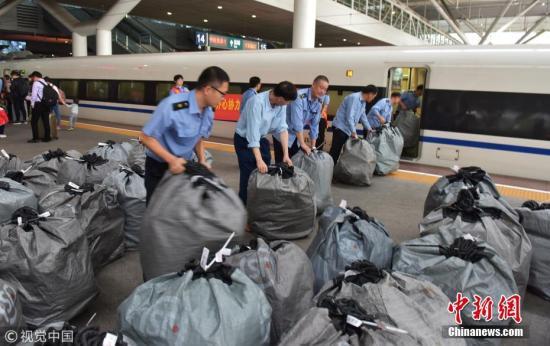 """""""双11""""快递搭乘高铁 深圳到武汉只需5个小时。 李坚强 摄 图片来源:视觉中国"""