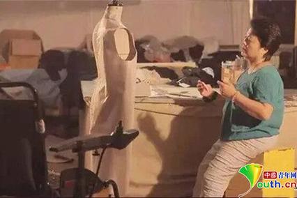 """雅虎娱乐人的故事:轮椅上的""""时装女王"""" 新时代的志愿者"""