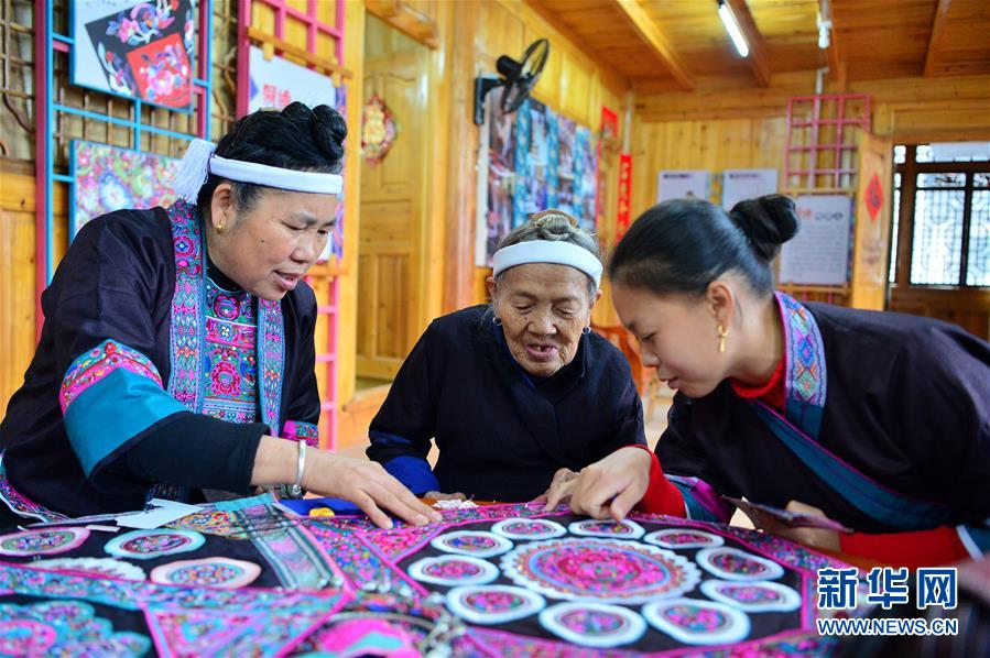 (社会)(1)广西三江:传承侗绣助增收