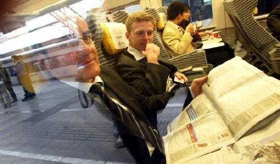 ▲外国人体验中国高铁。