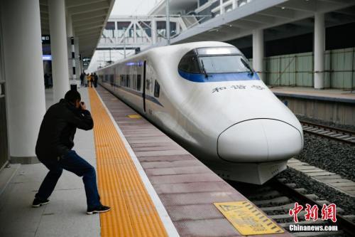 """资料图:2017年12月27日,记者在贵阳北站登上了开往重庆的""""试跑""""动车,提前体验渝贵铁路即将带来的快捷和便利。<a target='_blank' href='http://www.chinanews.com/' _fcksavedurl='http://www.chinanews.com/'></table>中新社</a>记者 贺俊怡 摄"""