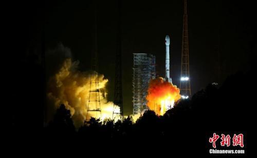 """资料图:2017年11月5日,中国在西昌卫星发射中心用长征三号乙运载火箭,以""""一箭双星""""方式成功发射第24颗、第25颗北斗导航卫星。<a target='_blank' href='http://www.chinanews.com/' _fcksavedurl='http://www.chinanews.com/'></table>中新社</a>发 李晋 摄"""