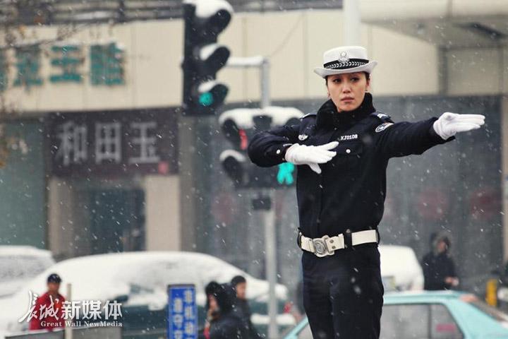 交警在风雪中指挥交通