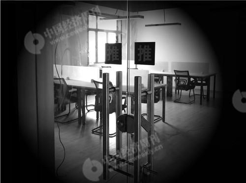2017年12月31日,《中国经济周刊》记者来到钱宝网最后的办公地址上海市杨浦区周家嘴路1220弄1号楼3层308室,发现这里已搬空。《中国经济周刊》记者 宋杰 摄