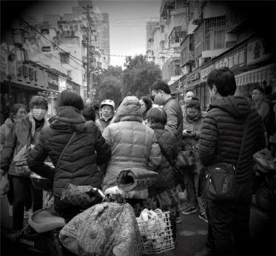 2018年元旦, 钱宝网的一部分投资者聚集在南京市公安局旁边一起商讨对策。《中国经济周刊》记者 刘照普 摄