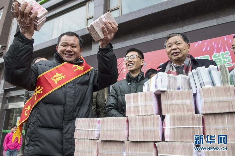 (社会)(1)江西种粮大户连续7年给农民发巨额年终奖