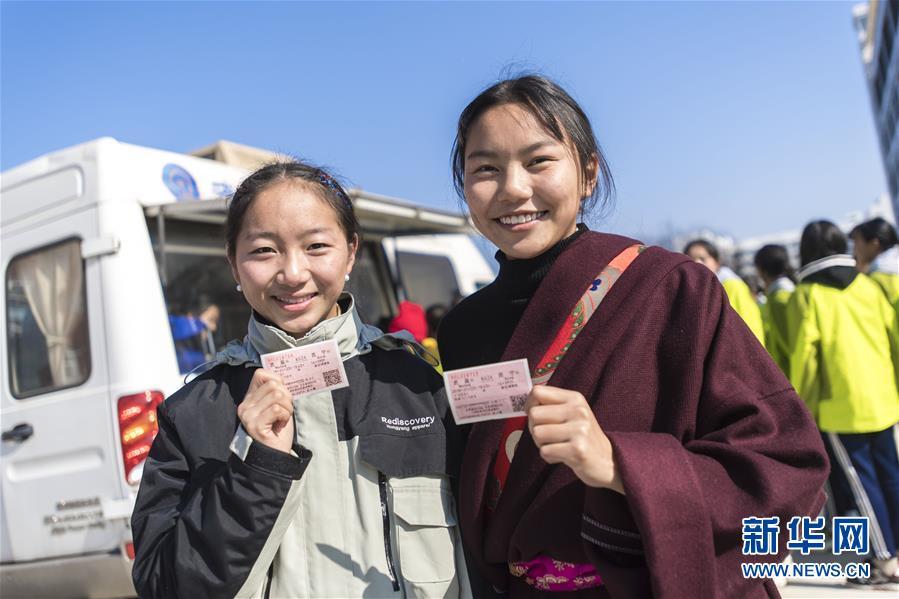 (社会)(1)移动售票进校园 情暖藏族师生心