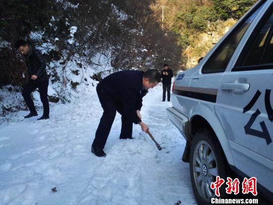 村民突发疾病就医遇冰雪封路警民挥斧破冰开路