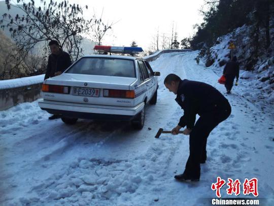 警民挥斧破冰开路送医 覃家华 摄