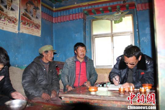 西藏日喀则市税务工作人员下户宣传税收政策。 赵朗 摄