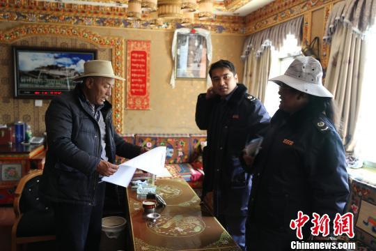 西藏山南市税务工作人员入户宣传税法。 赵朗 摄