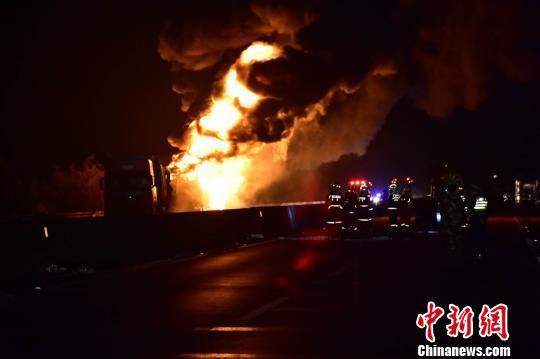 广西北海油罐车追尾大货车致2人死亡