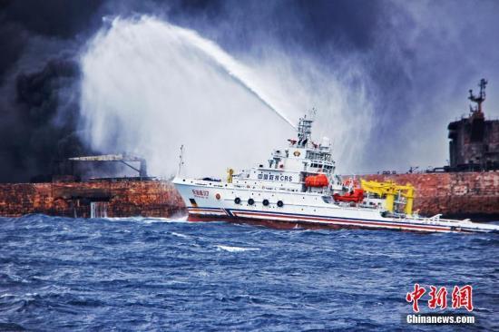 """图为""""东海救117""""轮向""""桑吉""""轮喷射泡沫降温灭火。。<a target="""