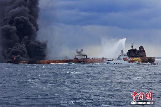 """图为""""东海救117""""轮向""""桑吉""""轮喷射泡沫降温灭火。<a target="""