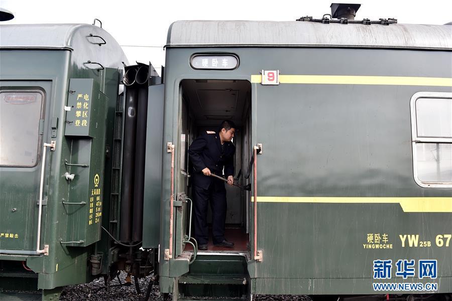 """(社会)(1)吕梁山上的""""慢火车"""""""