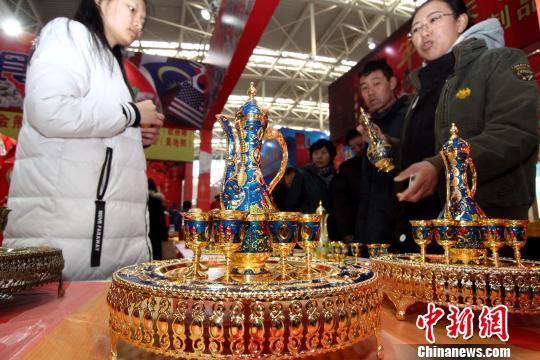 来自国外的装饰性酒杯吸引不少市民关注。 张道正 摄