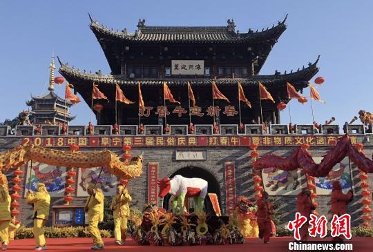 """""""打春牛""""大型民俗展演在江苏阜宁庙湾古城举行。 谷华 摄"""
