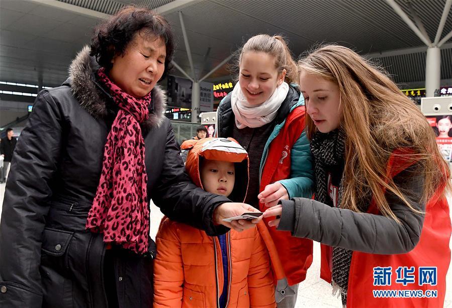 (关注春运)(1)郑州东站来了外籍志愿者