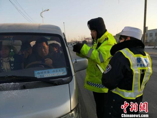 """河北公安交警进企业从春运""""最先一公里""""筑防线"""