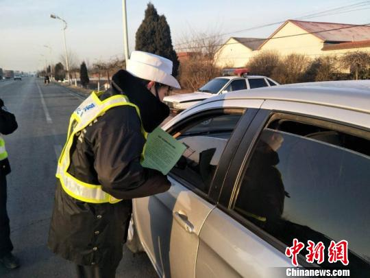 图为河北公安交警宣传交通安全知识。警方供图