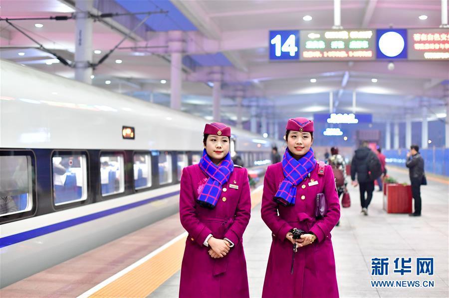 (关注春运)(1)高铁上的春运姐妹花