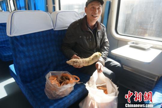 慢火车上的春节礼物:萝卜白菜都是情