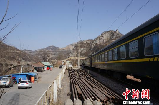 图为6905次列车经停的太行山里的某个小站。 韩章云 摄