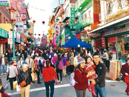 为迎接农历新年,旧金山华埠举办的年宵花市吸引了各族裔民众参与,场面热闹。(美国《世界日报》记者黄少华/摄影)
