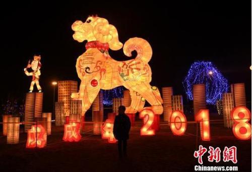 图为巨型生肖狗灯饰。陈超 摄