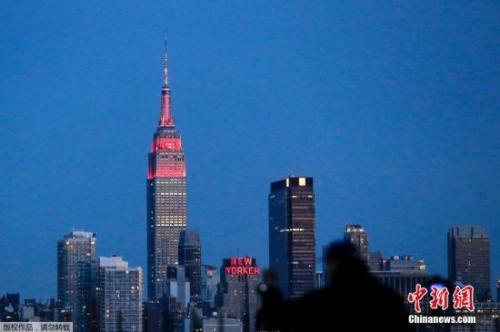 资料图:美国纽约帝国大厦点燃金色和红色灯光,庆祝中国农历新年。