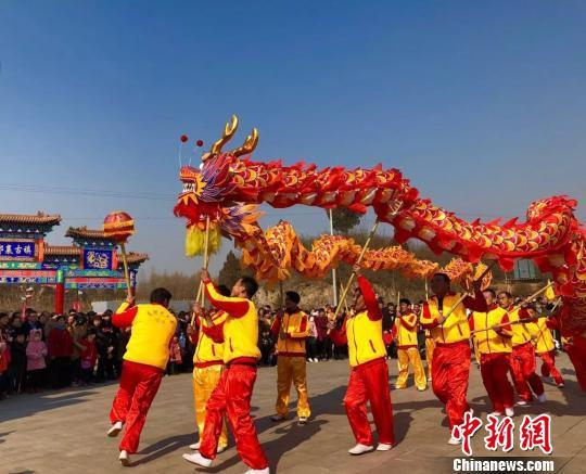 """河北邢台新春文化庙会引""""万人空巷""""(图)"""
