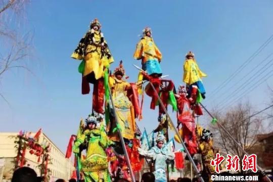 邢台新春文化庙会,踩高跷表演。 张鹏翔 摄