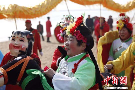 沙滩上上演传统民俗表演。 郭亚楠 摄