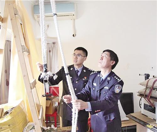 """深港海关联手破获无人机""""飞线""""走私手机"""