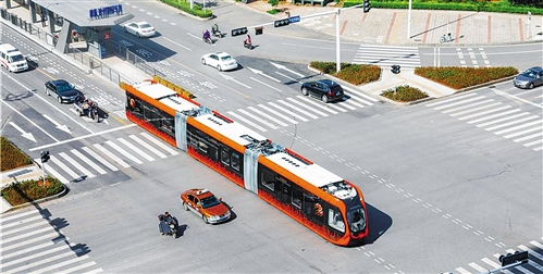 全球首条智能轨道快运系统示范线在株洲试运行 列车在虚拟轨道上奔驰