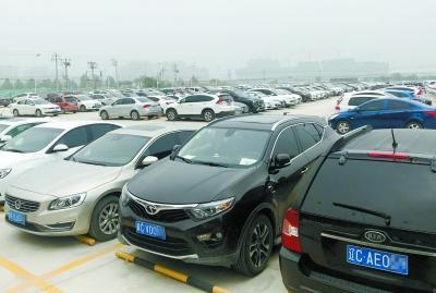 地铁六号线潞城站外停车场内,外埠牌照汽车约占八成。白继开 摄